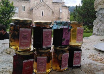 Dani kraljice Jelene 2019 - proizvodi manastira Gradac 09